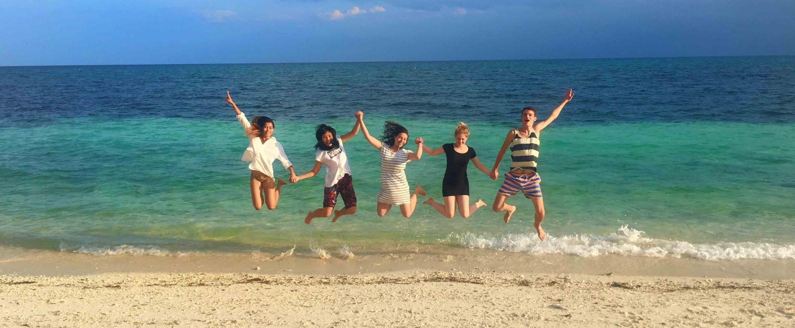 Voluntarios divirtiéndose en una playa en Filipinas.